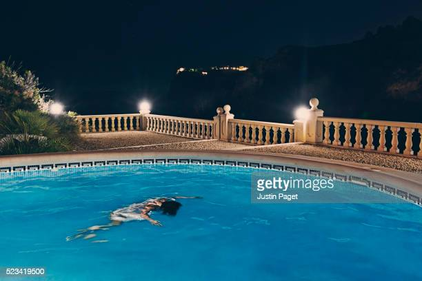 female floating in swimming pool - cadavre photos et images de collection