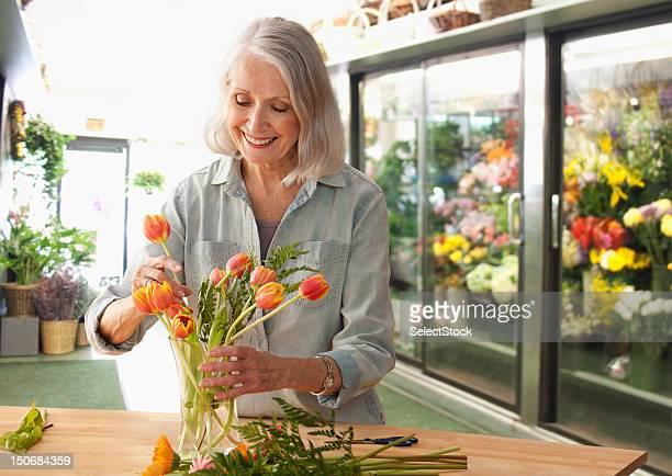 Weibliche Floristen arrangieren Blumen
