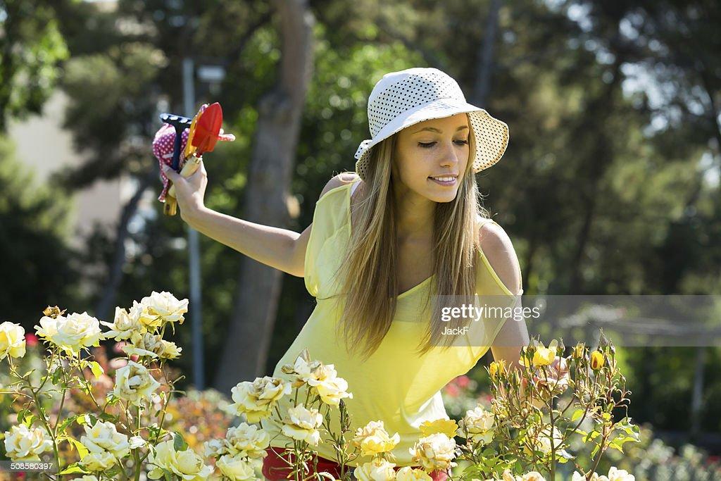 で働く女性花屋庭園 : ストックフォト