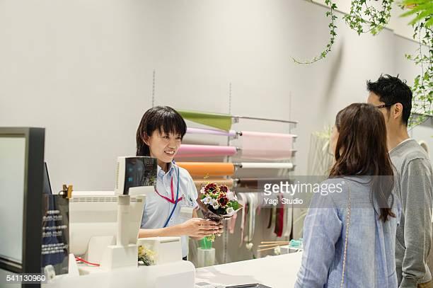 働く女性花屋フラワーショップで
