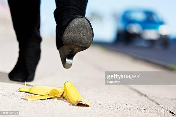 feminino abordagens banana pele; dolorosa acidente vindo da sua maneira - banana - fotografias e filmes do acervo