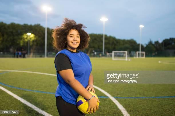 female football player, hackney, east london, uk - girl power provérbio em inglês - fotografias e filmes do acervo