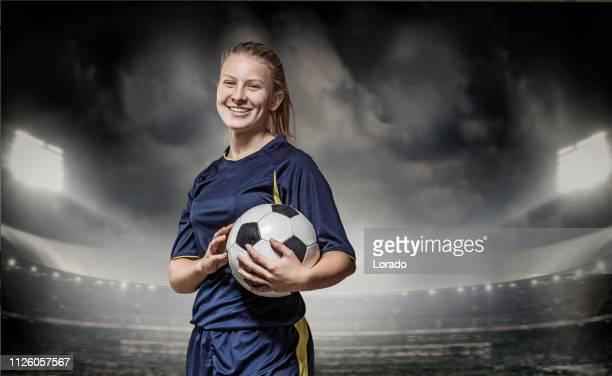 jugadora de fútbol con un balón de fútbol en un estadio - fútbol femenino fotografías e imágenes de stock
