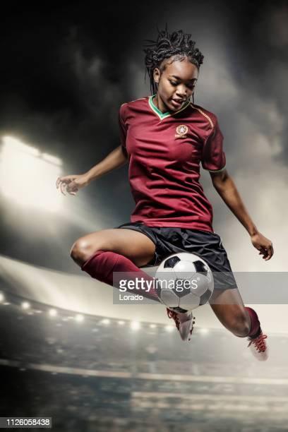 weiblichen fußballspieler in aktion in einem stadion - frauenfußball stock-fotos und bilder