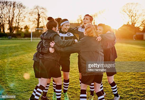 female football team huddling - football team stock pictures, royalty-free photos & images