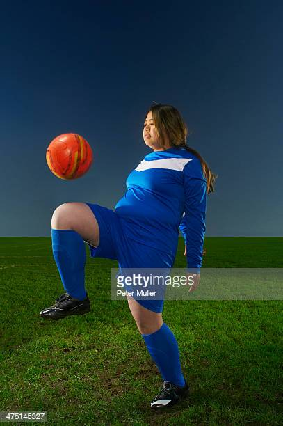 female footballer playing keepy uppy with ball - fat soccer players foto e immagini stock