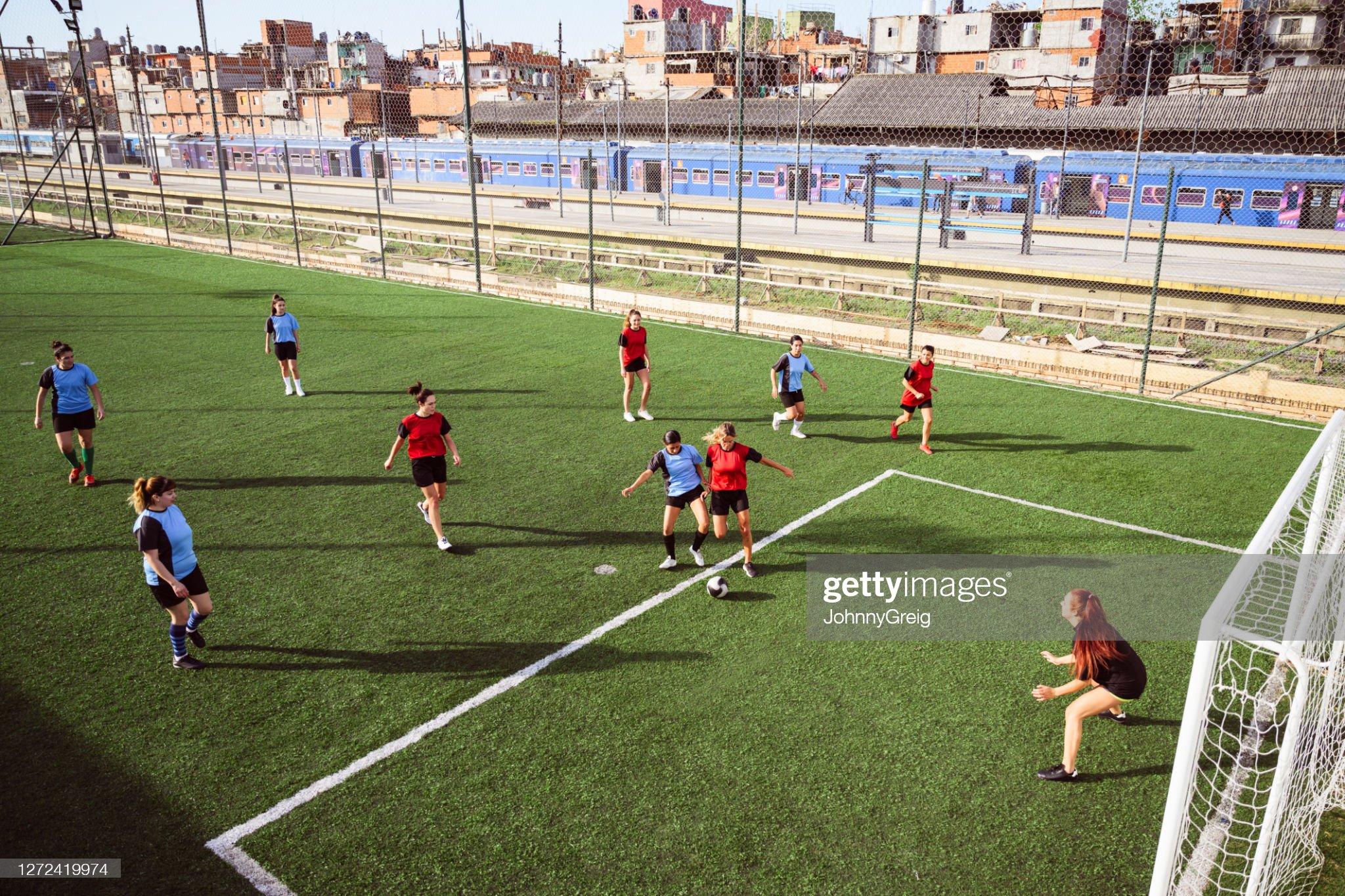 20 和 30 歲的女足球員打練習賽。 : 圖庫照片