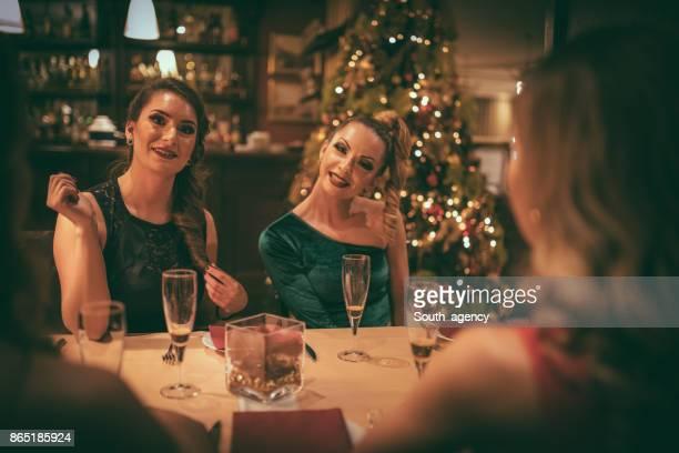 Kvinnliga vänner på restaurang