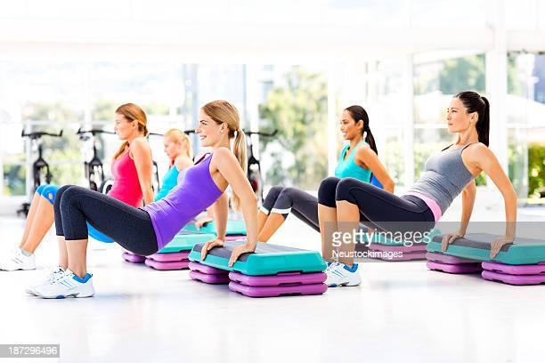 Amis femme faire aérobic dans une salle de sport