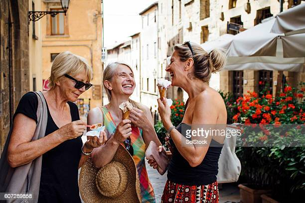 female friends enjoying italian ice-cream - toerisme stockfoto's en -beelden