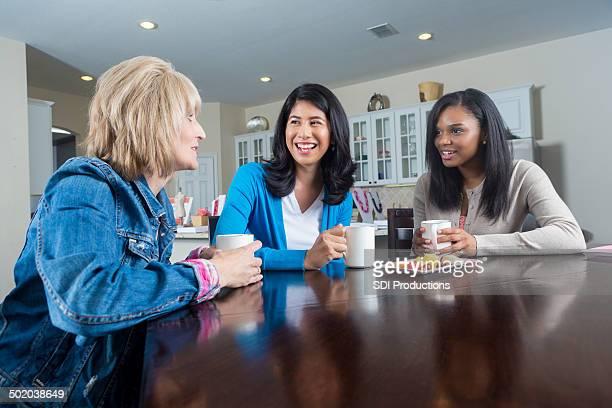 Weibliche Freunde, die Zeit zusammen mit jemand's home