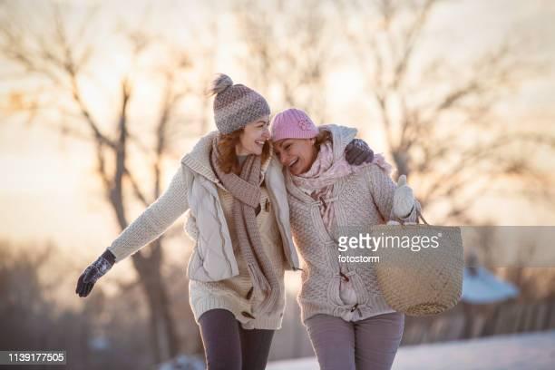 weibliche freundinnen, die spaß im freien haben - erwachsener über 30 stock-fotos und bilder