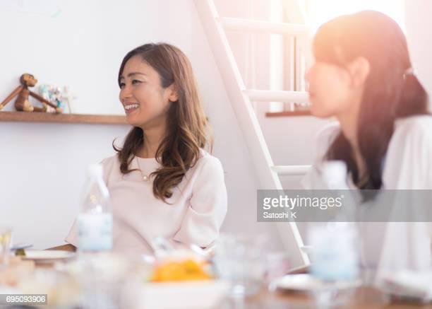 女友達の家でランチとチャットを持つ - 40代 ストックフォトと画像