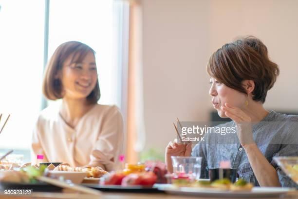 女友達の家で昼食 - 食事 ストックフォトと画像