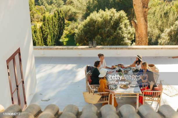female friends having meal - europa meridionale foto e immagini stock
