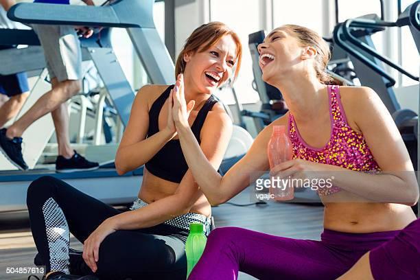 Femmes amis dans la salle de sport.
