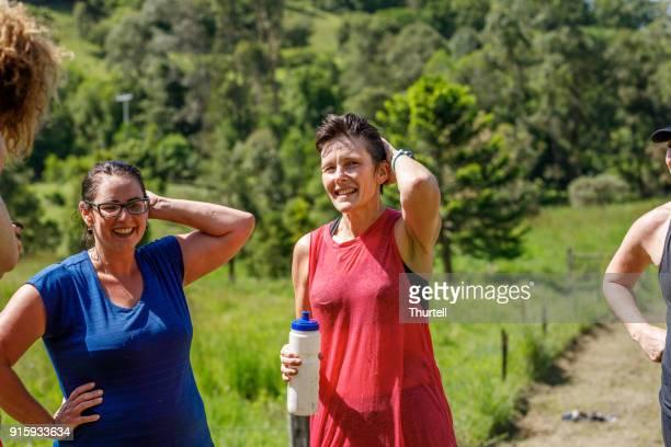 vriendinnen herstellen na het voltooien van fun run - atlete stockfoto's en -beelden