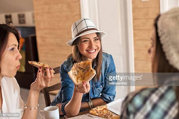Amigas compartir una pizza