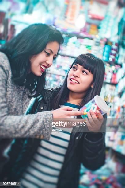 Kvinnliga vänner i allmänhet shopping butik för damer.