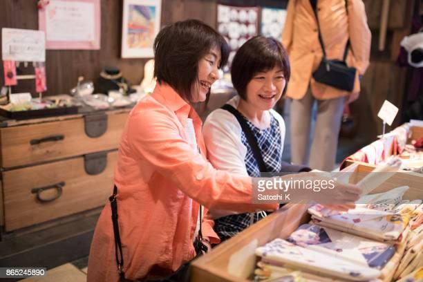 日本の伝統的な小売店でのショッピングの女性の友人