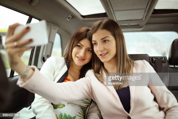Amies prenant selfie en voiture