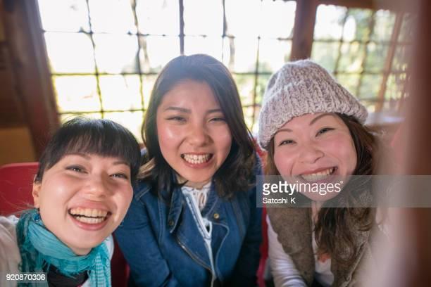 女友達のカフェで selfie 写真を撮る