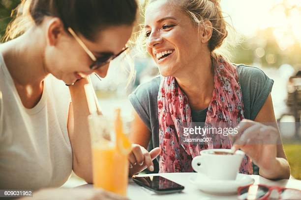 female friends talking in cafe - weekend activiteiten stockfoto's en -beelden