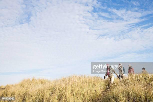 Femmes amis marchant dans Ammophile des sables