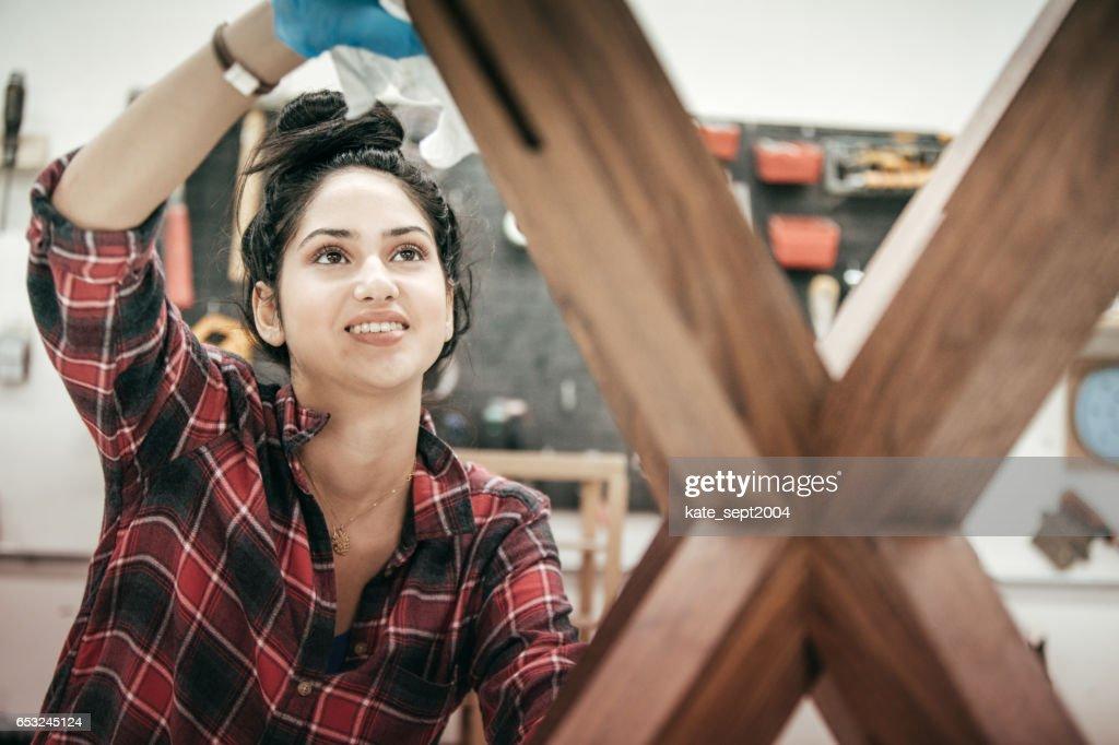 木工スタジオで女性家具デザイナー : ストックフォト