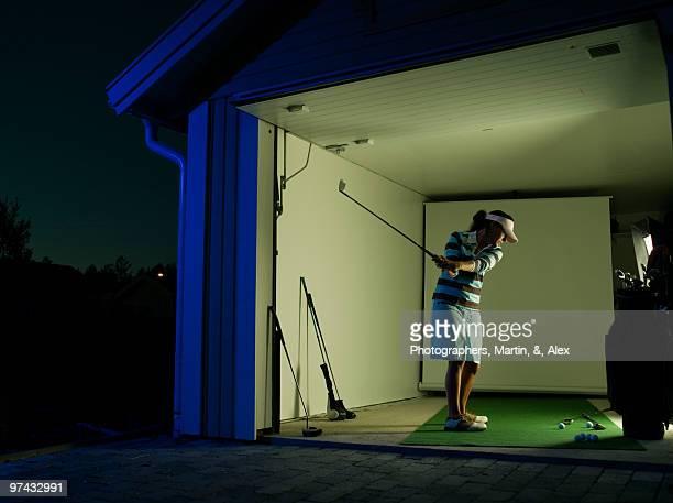 female golfer in a garage, sweden. - golf lustig stock-fotos und bilder
