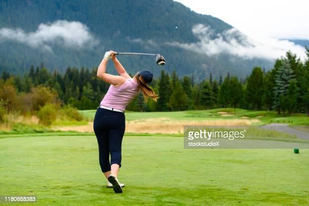ドライブを作る女性ゴルファー - 女子 ゴルフ ストックフォトと画像