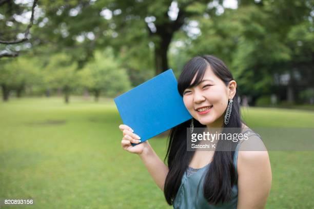 大学で女性の大学院持株卒業証書