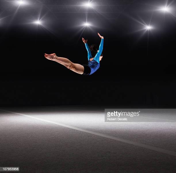 female gymnast jumping through air - gymnastique au sol photos et images de collection