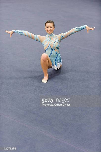 female gymnast performing floor routine - floor gymnastics stock pictures, royalty-free photos & images