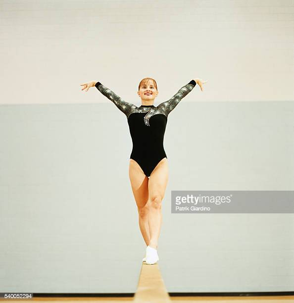 female gymnast performing on balance beam - balance beam stock pictures, royalty-free photos & images