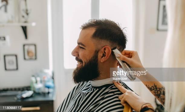 cabeleireiro fêmea com o cliente no salão de beleza - estilo de cabelo - fotografias e filmes do acervo