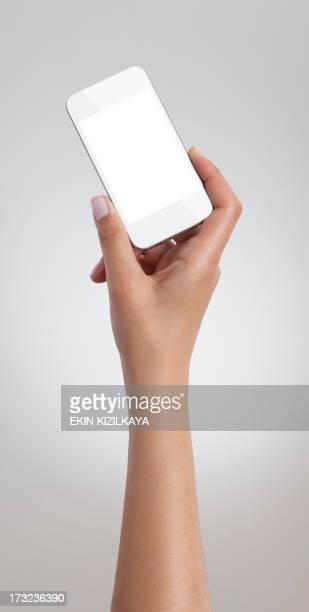 Femelle Main tenant blanc téléphone intelligent
