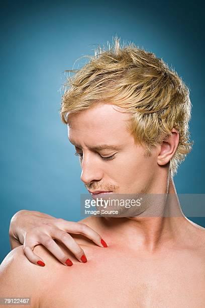 Weibliche hand auf mans Schulter