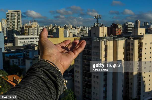 female hand showing buildings - mão stock photos and pictures
