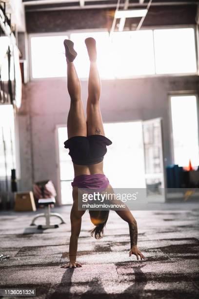 weibliche hand im fitnessstudio - frau beine breit stock-fotos und bilder