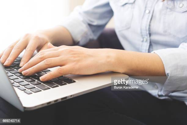 female hand typing - typen stockfoto's en -beelden