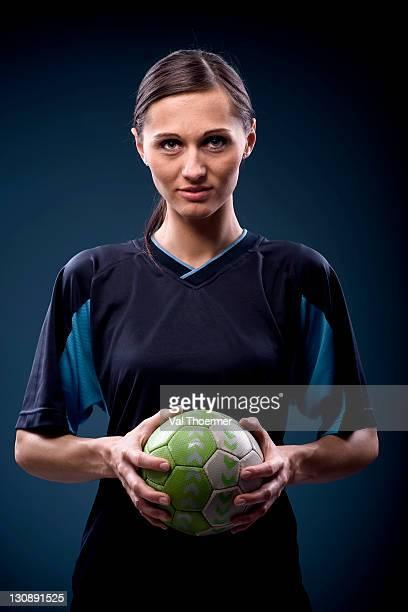 female handball player with ball - スポーツユニフォーム ストックフォトと画像