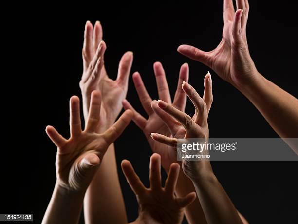mujer manos acercarse - manos en el aire fotografías e imágenes de stock
