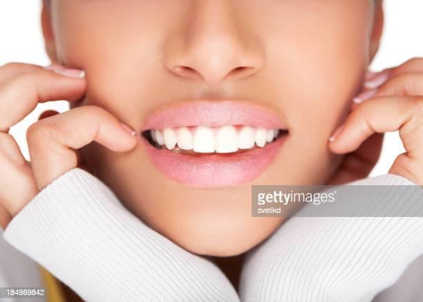 女性の健康的なホワイトの歯を見せて笑う