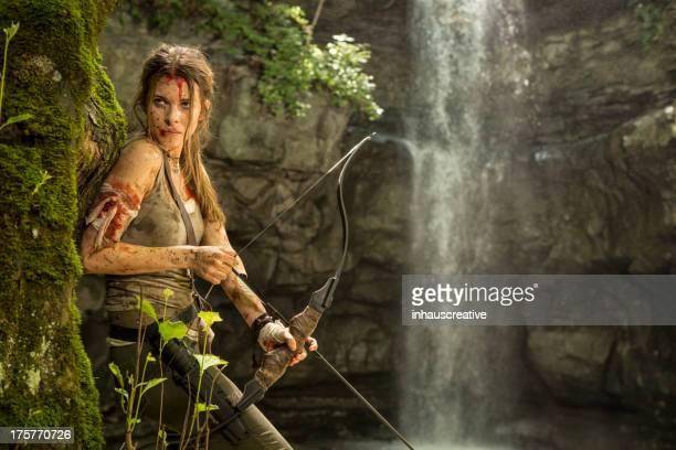 Héroïne de femmes dans la Jungle de la chasse avec un arc et flèche