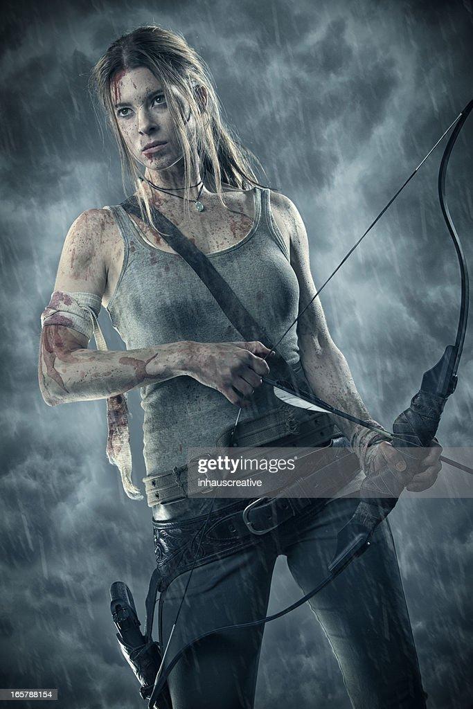 Feminino heroína com arco e flecha : Foto de stock
