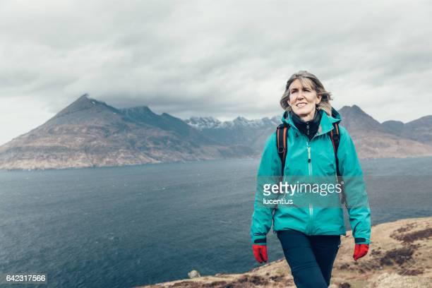 Weibliche Wanderer 50-59years, zu Fuß auf Küstenweg in Skye, Schottland