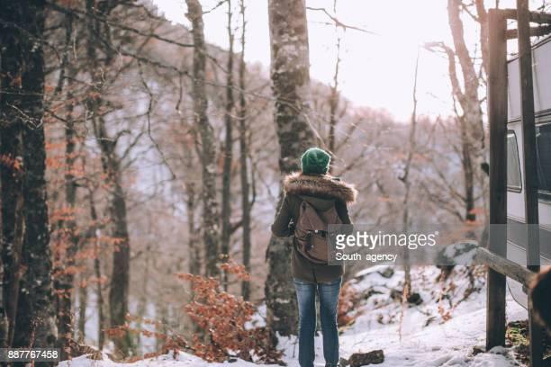 Randonneuse dans la forêt enneigée