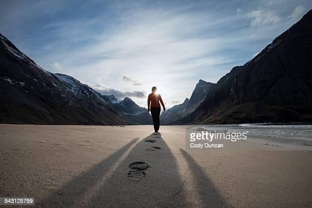 female hiker leaves footprints in sand on scenic horseid beach, moskenesoy, lofoten islands, norway - impronta del piede foto e immagini stock
