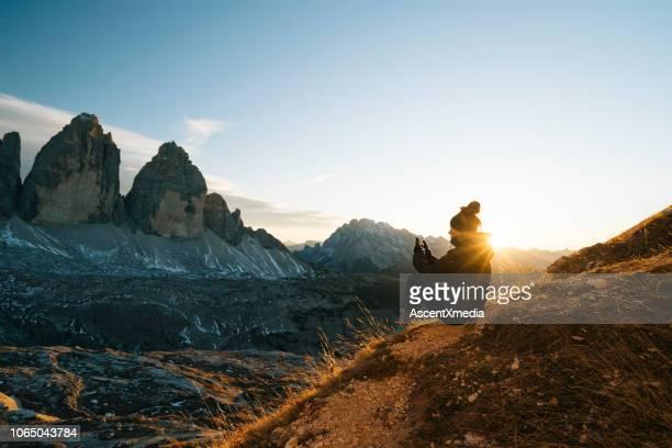 randonneuse se penche sur la vue au coucher du soleil - horizontal photos et images de collection